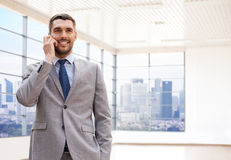 Homem de negócios novo feliz que chama o smartphone Imagens de Stock Royalty Free
