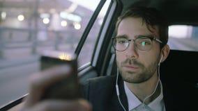 Homem de negócios novo Holding um móbil na frente dele filme