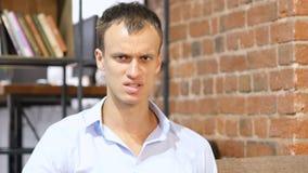 Homem de negócios novo irritado, conversação dura e debate imagem de stock