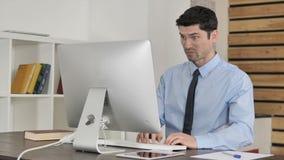 Homem de negócios novo irritado Working no escritório, frustrado vídeos de arquivo