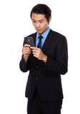 Homem de negócios novo lido no telefone celular Imagem de Stock Royalty Free