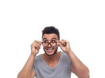 Homem de negócios novo Look Aside dos vidros ocasionais do olho da posse do homem imagens de stock