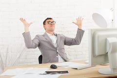 Homem de negócios novo no escritório com computador Imagem de Stock Royalty Free
