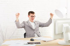Homem de negócios novo no escritório com computador Imagem de Stock