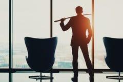 Homem de negócios novo no escritório que guarda o katana Fotos de Stock