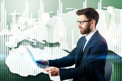 Homem de negócios novo no fundo financeiro da carta Imagens de Stock Royalty Free