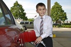 Homem de negócios novo no posto de gasolina Imagem de Stock