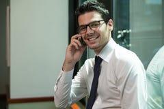 Homem de negócios novo no telefone Fotos de Stock