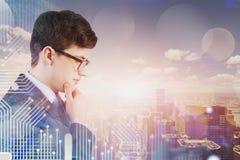 Homem de negócios novo de pensamento, relação da tecnologia fotografia de stock royalty free