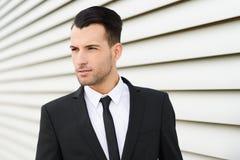 Homem de negócios novo perto de um prédio de escritórios foto de stock