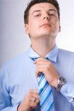 Homem de negócios novo que amarra seu laço Fotografia de Stock Royalty Free