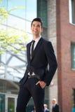 Homem de negócios novo que anda na cidade Foto de Stock Royalty Free