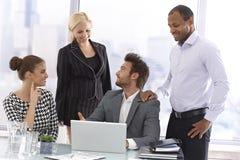 Homem de negócios novo que apresenta em uma reunião fotografia de stock