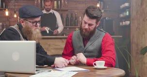 Homem de negócios novo que assina papéis importantes em uma reunião informal video estoque
