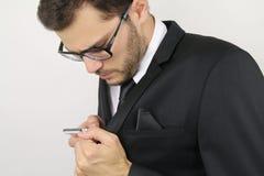 Homem de negócios novo que chama discreetly fotos de stock