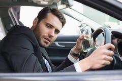 Homem de negócios novo que conduz quando bêbado fotografia de stock
