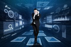 Homem de negócios novo que corre dentro do código binário fotos de stock