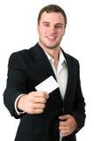 Homem de negócios novo que dá é cartão Fotografia de Stock