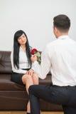 Homem de negócios novo que dá uma flor a consideravelmente Imagens de Stock Royalty Free