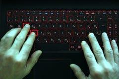 Homem de negócios novo que datilografa em seu portátil Luz verde em suas mãos foto de stock