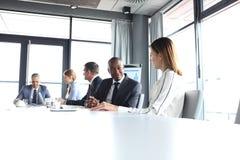 Homem de negócios novo que discute com o colega fêmea na sala de direção fotos de stock royalty free