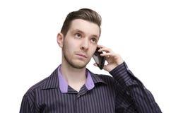 Homem de negócios novo que fala no telefone de pilha Imagens de Stock