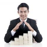 Homem de negócios novo que faz a forma do telhado da casa sobre a proibição do strack Fotografia de Stock Royalty Free