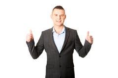 Homem de negócios novo que gesticula o sinal aprovado Fotografia de Stock