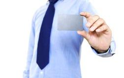 Homem de negócios novo que guarda o cartão imagem de stock