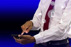 Homem de negócios novo que guarda o smartphone imagens de stock royalty free