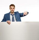Homem de negócios novo que guarda um whiteboard fotos de stock