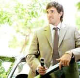 Homem de negócios com carro e telefone. imagem de stock royalty free