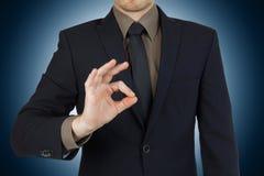 Homem de negócios novo que mostra o símbolo aprovado foto de stock royalty free