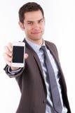 Homem de negócios novo que mostra um smartphone Fotos de Stock