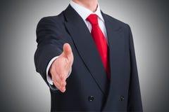 Homem de negócios novo que oferece agitar as mãos Fotos de Stock