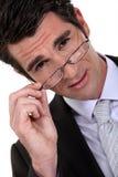Homem de negócios novo que remove os vidros imagem de stock