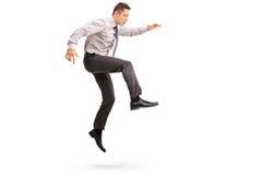 Homem de negócios novo que salta no ar Fotos de Stock Royalty Free