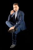 Homem de negócios novo que senta o terno ocasional Imagem de Stock