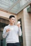 Homem de negócios novo que senta-se em um café em uma ruptura de café Fotografia de Stock Royalty Free