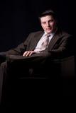 Homem de negócios novo que senta-se no sofá Fotos de Stock