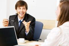 Homem de negócios novo que tem uma conversação fotos de stock