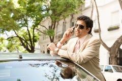Homem de negócios que inclina-se no carro. imagem de stock royalty free