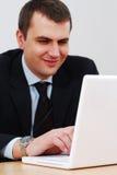 Homem de negócios novo que trabalha em um lap-top Fotos de Stock