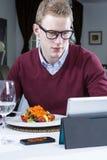 Homem de negócios novo que trabalha em um restaurante Imagem de Stock Royalty Free