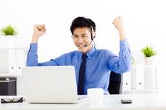Homem de negócios novo que trabalha no escritório Imagens de Stock