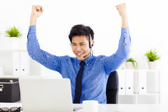 Homem de negócios novo que trabalha no escritório Fotos de Stock
