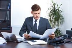 Homem de negócios novo que trabalha no escritório Foto de Stock Royalty Free