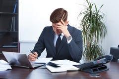 Homem de negócios novo que trabalha no escritório Foto de Stock