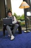Homem de negócios novo que trabalha no portátil Foto de Stock Royalty Free