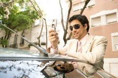 Homem de negócios que inclina-se no carro. fotografia de stock royalty free